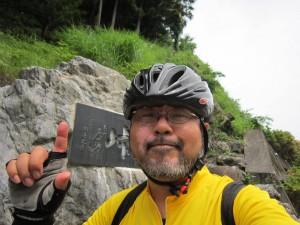 小沢峠記念碑前にて|くまさんとチャリ
