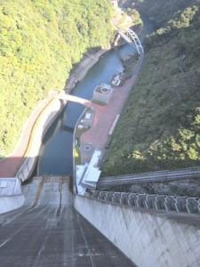 宮ヶ瀬ダム上からインクラインを見る